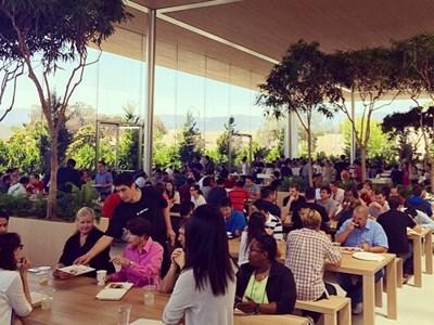 Đồ ăn của Caffe Mac trong khuôn viên trụ sở chính của Apple khiến các nhân viên rất hài lòng dù họ không hề được miễn phí
