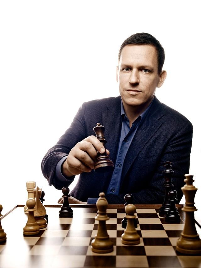 Từng là một kỳ thủ có hạng, ông áp dụng nhiều nguyên lý cờ vua vào công việc kinh doanh phát đạt của mình
